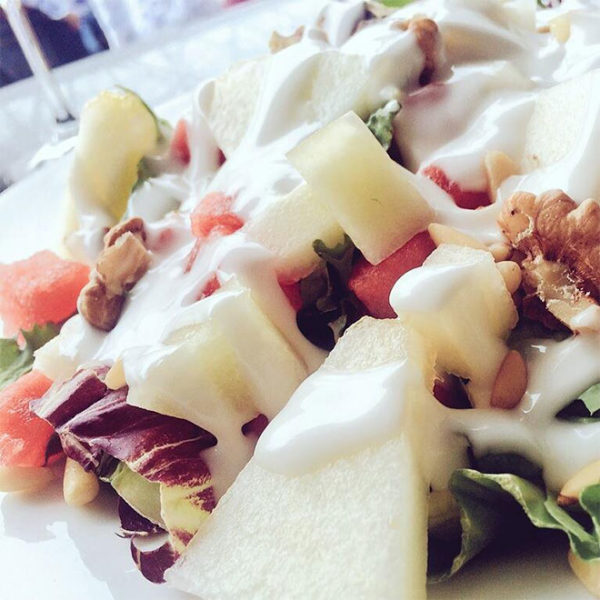 Salad of Asturian cheeses, with apple, raisins and honey